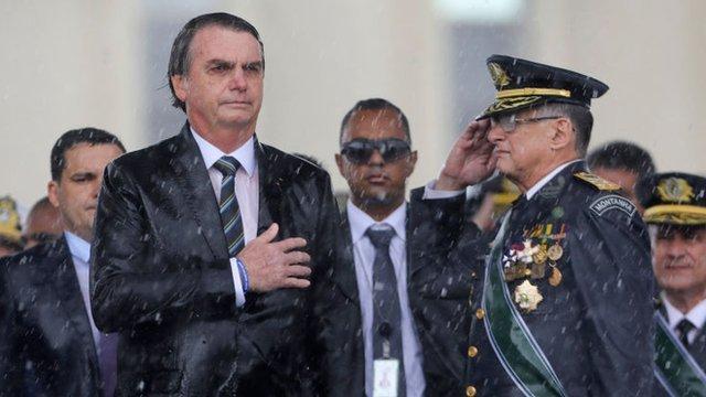 Edson Pujol (dcha.) se encuentra entre los militares que renunciaron.