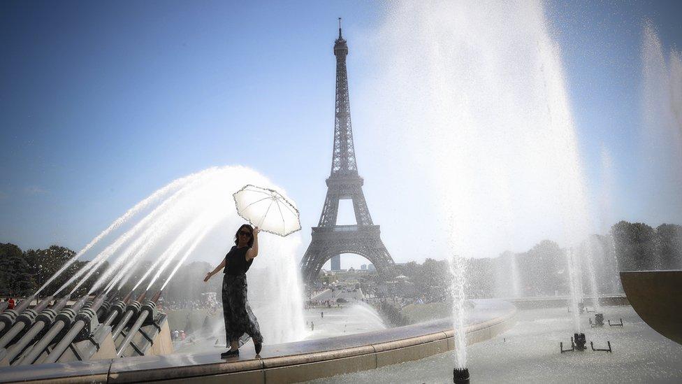 žena na fontani ispred ajfelove kule