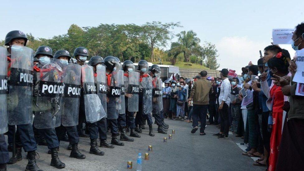 Polisi dan pengunjung rasa di ibu kota Nay Pyi Taw.