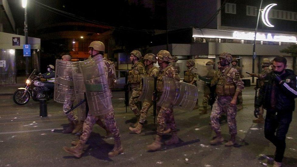 Gece boyu süren protestolarak asker müdahale ediyor