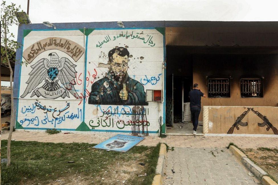 """لوحة جدارية مشوهة لمحسن """"وزير الدفاع"""" في المعتقل الذي أقامته عائلة الكاني"""