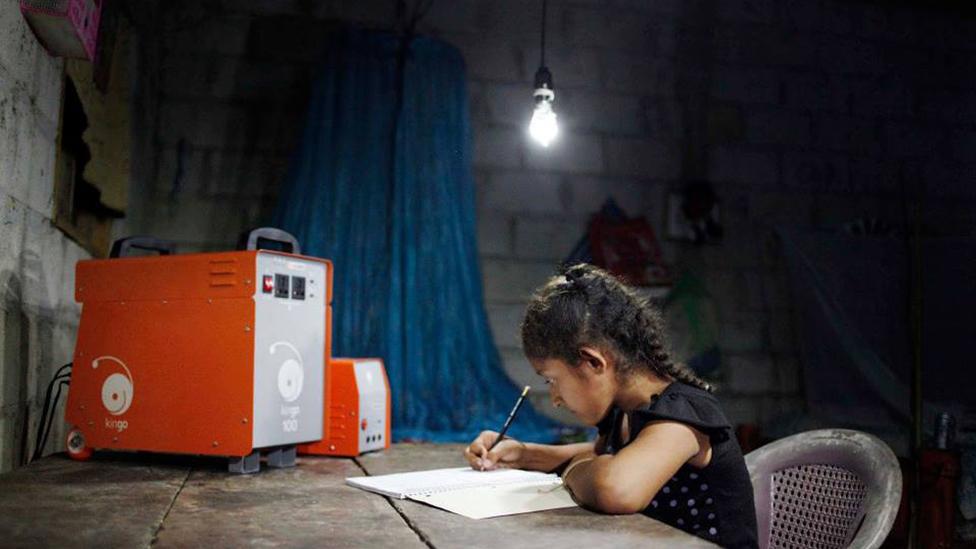 Una niña estudia gracias a una luz alimentada por un equipo de Kingo