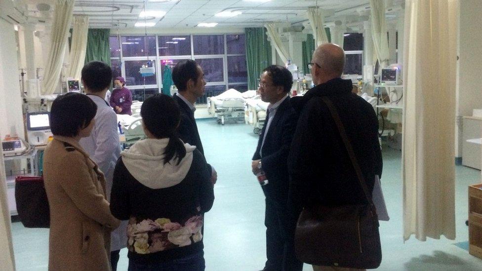 Чжан и Холмс с коллегами в центральной больнице Ухани