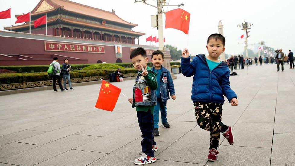 Niños en la plaza de Tiananmen.