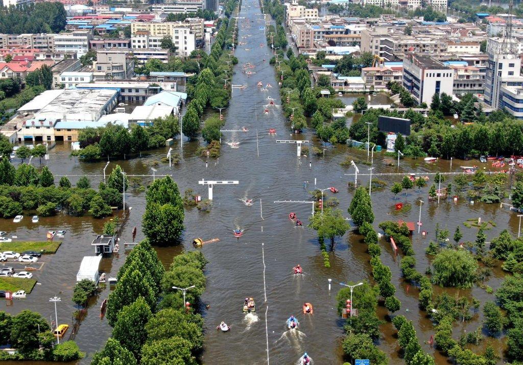 在洪水威脅下,衛輝十餘萬居民撤離了市區。