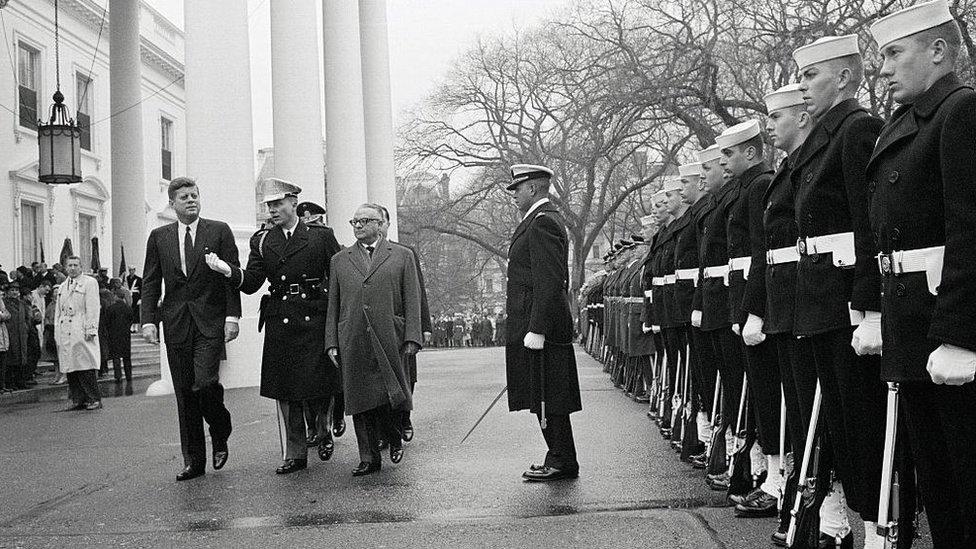 John F. Kennedy junto a Rómulo Betancourt