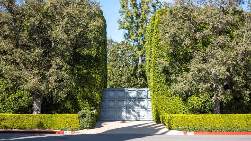 El portón de una mansión en Beverly Hills.