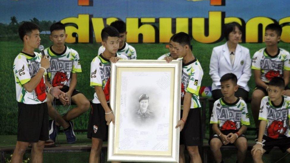 Para anggota Celeng Liar dan pelatihnya memberikan penghormatan kepada Saman Kunan, anggota Navy Seals Thailand yang meninggal saat menolong mereka.