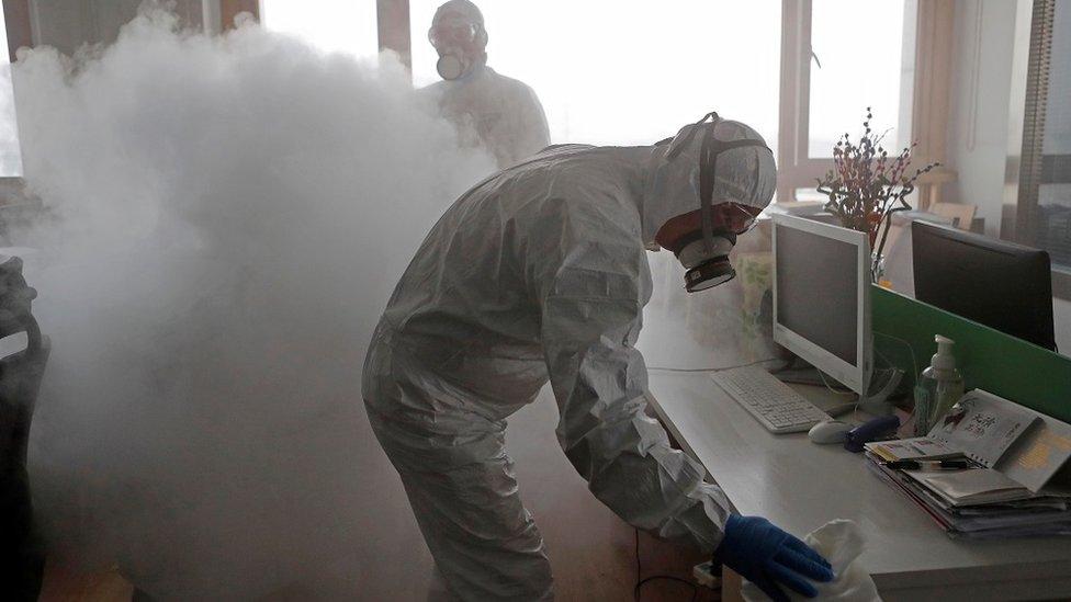 عمال يطهرون مكتبا في شنغاهاي، في فبراير/شابط 2020
