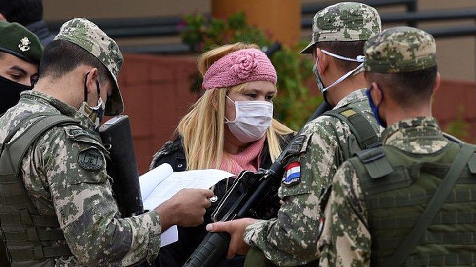 Militares falam com mulher no Paraguai