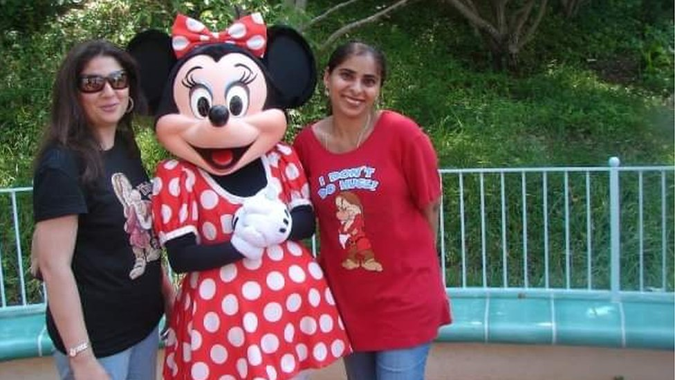 Silvat Zafar con Minnie Mouse en Disney World
