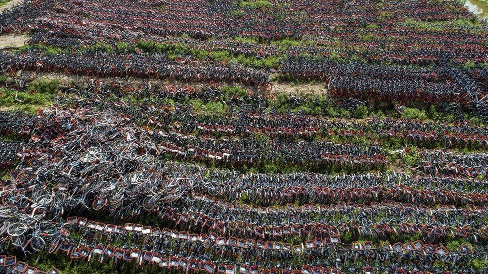 Çin'de bunun gibi bisiklet mezarları, fazla bisiklet arzının yarattığı sorunu gösteriyor