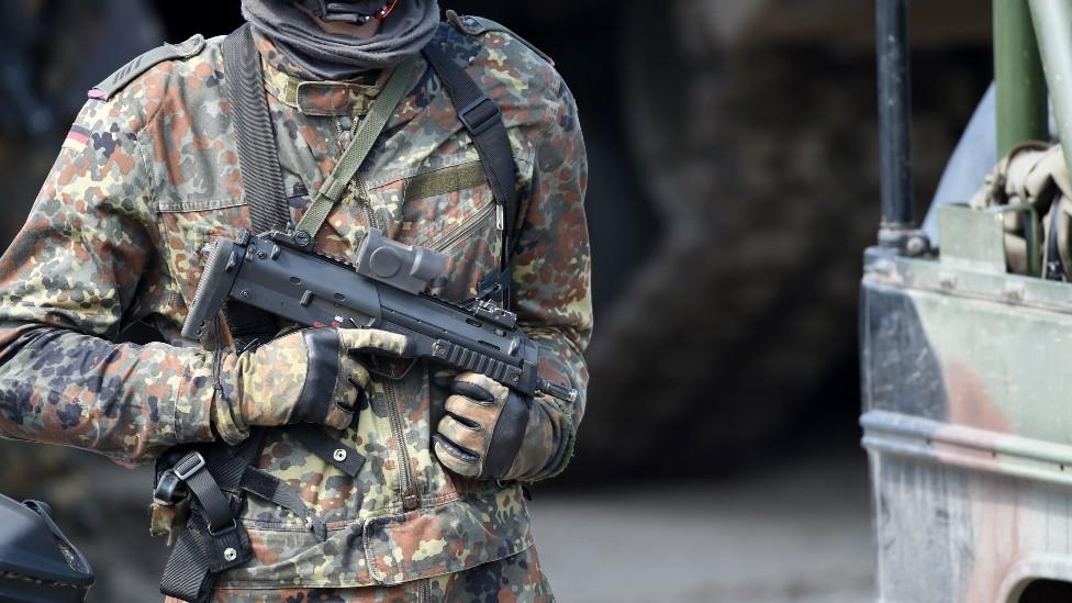 Soldado alemán con un rifle MP7