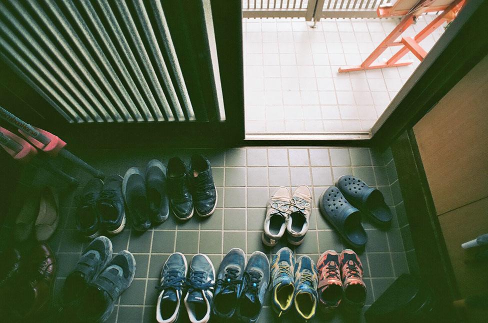 Zapatos afuera de la escuela.