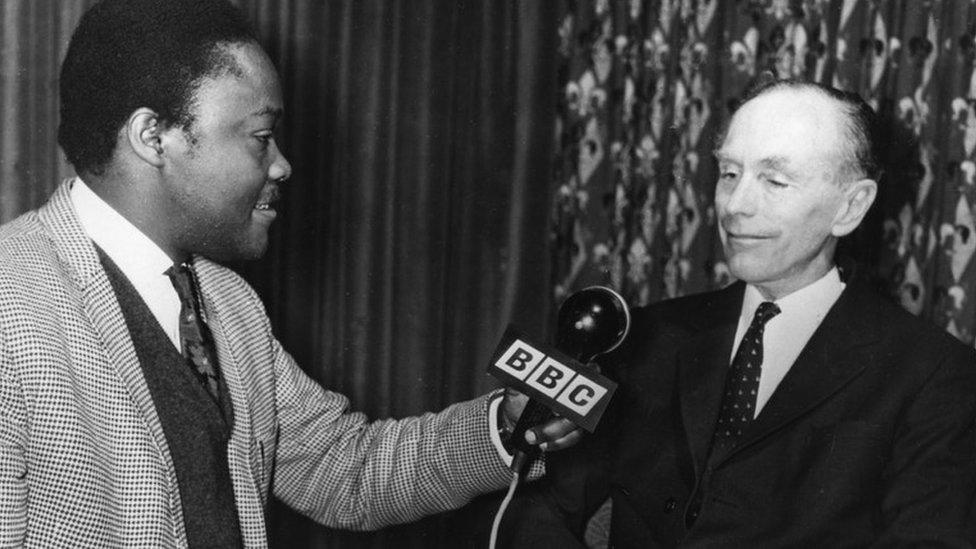 1964年道格拉斯-霍姆接受BBC國際台非洲部記者採訪