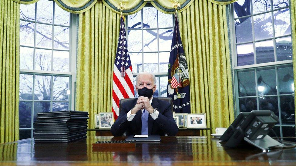 Байден начал отменять решения Трампа. Уже заморозил строительство стены на границе с Мексикой