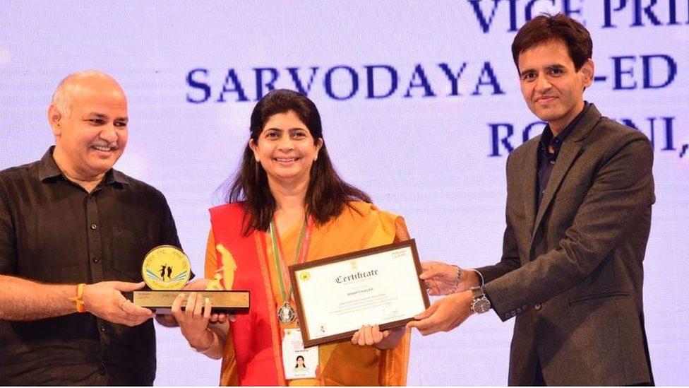 Bharti Kalra receiving an award