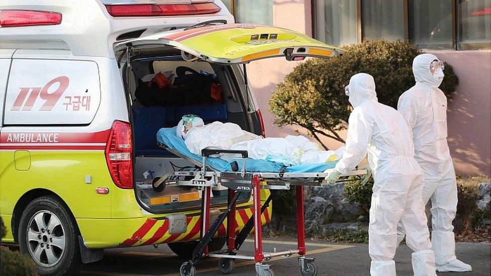 عربة إسعاف ومسعفون