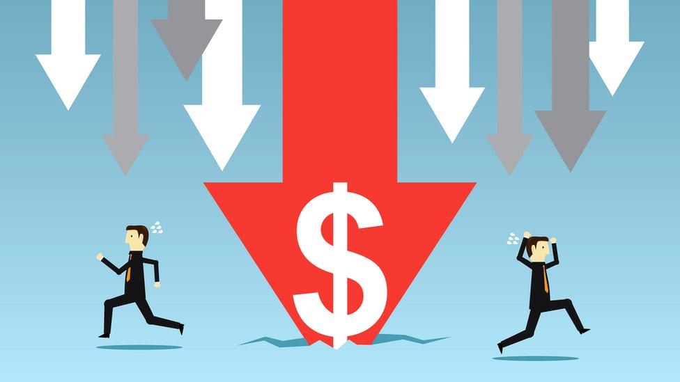 Gráfico con la flecha señalando hacia abajo y el símbolo del dólar