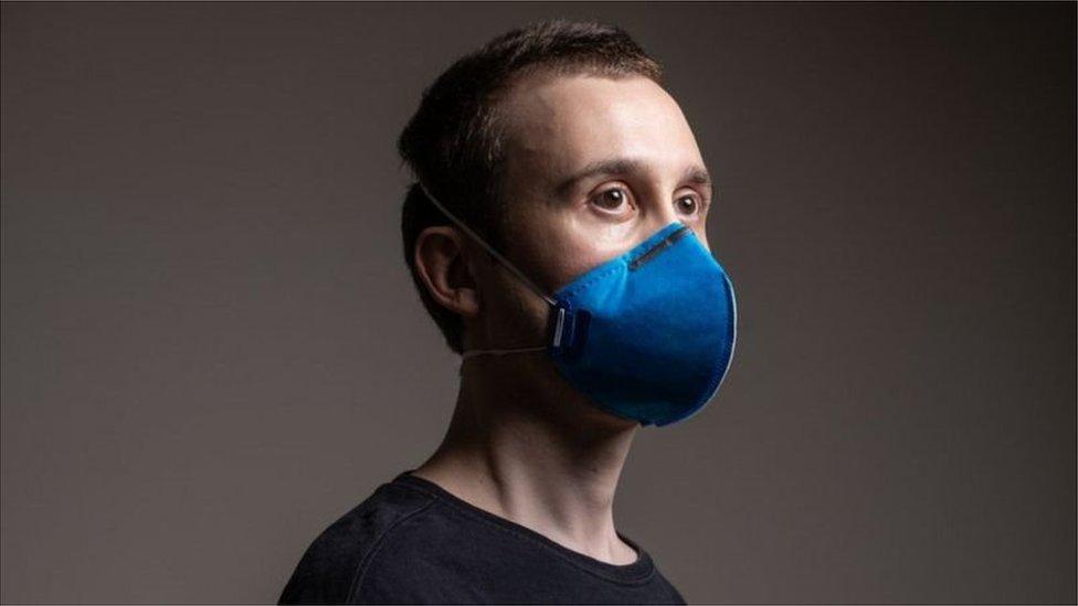 Homem usando máscara PFF2