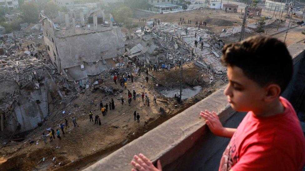Niño palestino viendo destrucción en Gaza.