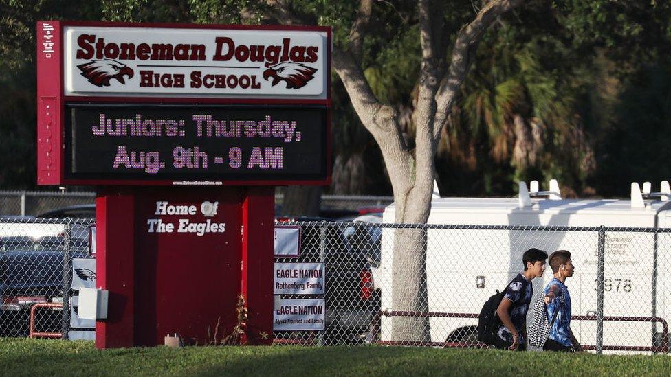 Letrero a la entrada de la escuela Marjory Stoneman Douglas.