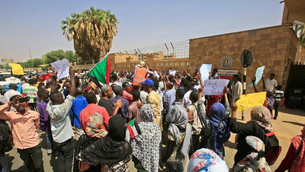 متظاهرون سودانيون أمام السفارة المصرية في الخرطوم للتنديد بما وصفوه تدخلا مصريا في الشأن السوداني