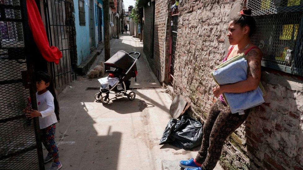 Familia en una villa miseria en Buenos Aires.