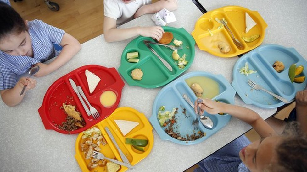 Crianças comendo merenda escolar