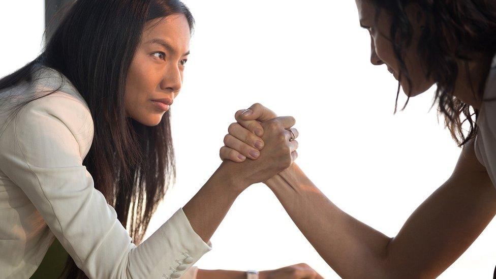 فتاتان تتحديان بعضهما بتشابك الأيدي