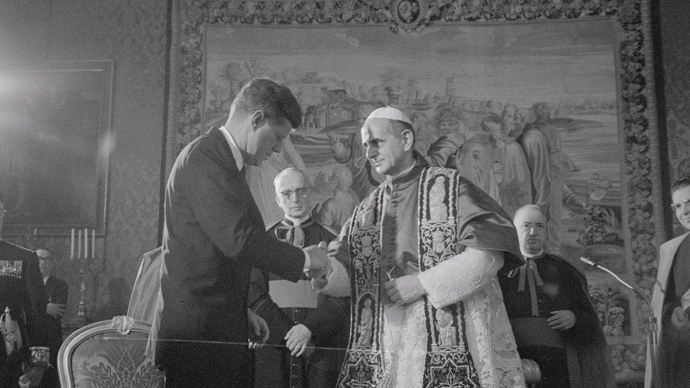 Crno bela fotografija iz 1963. pokazue rukovanje DžFK i pape Pola VI u Vatikanu
