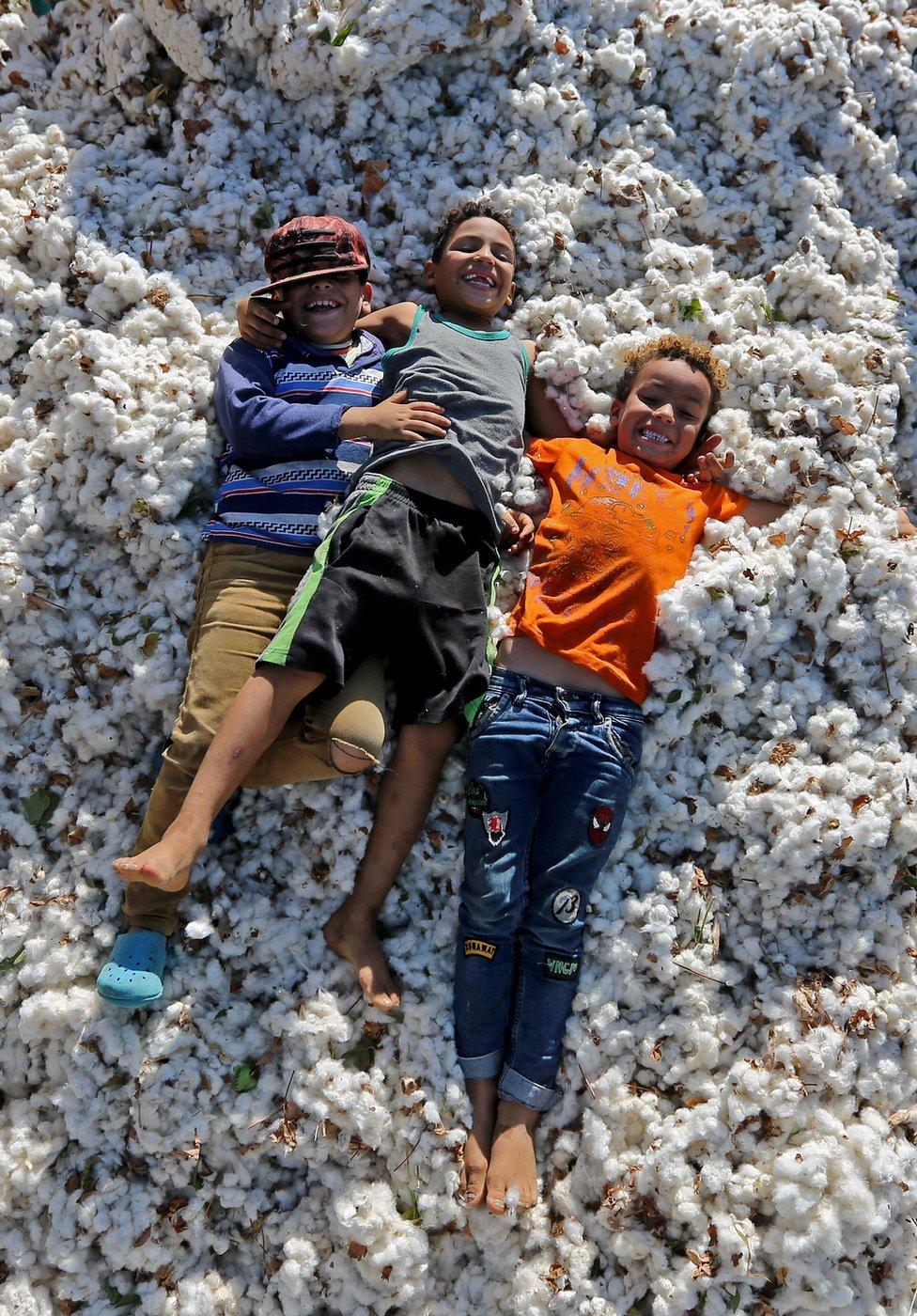 يلعب الأطفال فوق نسيج القطن
