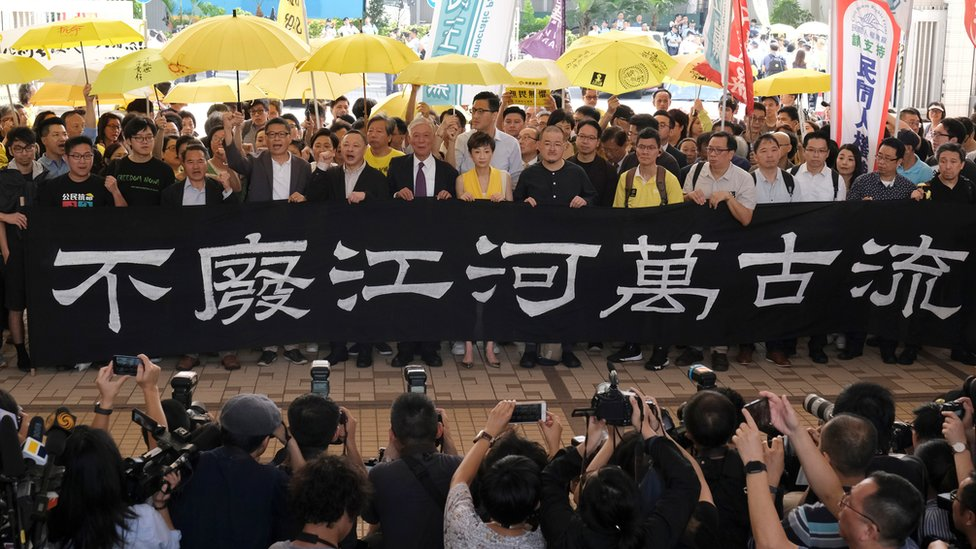 陳健民、戴耀廷和朱耀明在一批支持者陪同下到法院聽取判刑。
