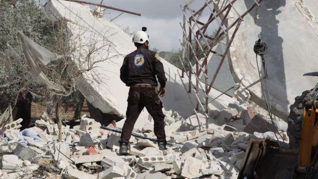 أول مستجيب سوري من مجموعة الخوذ البيضاء يقف في مكان غارة جوية تم الإبلاغ عنها في جبلة (2 نوفمبر/تشرين الثاني 2019)