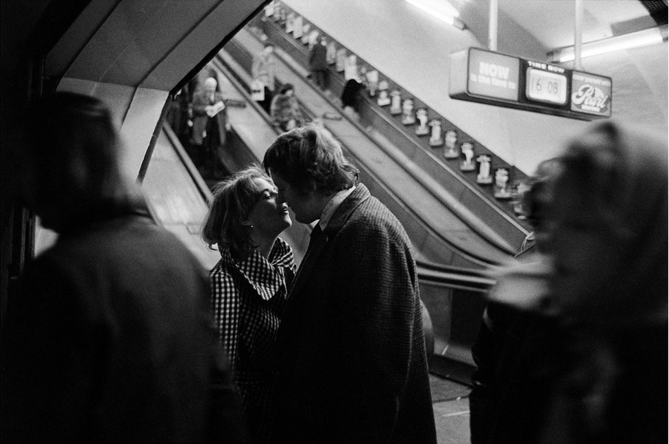 A couple kiss at Holborn, 1978