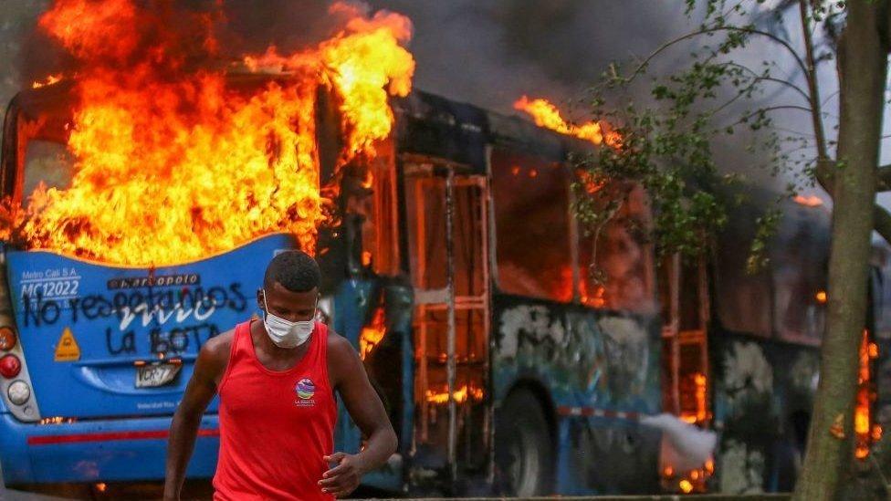Un bus quemándose en Cali