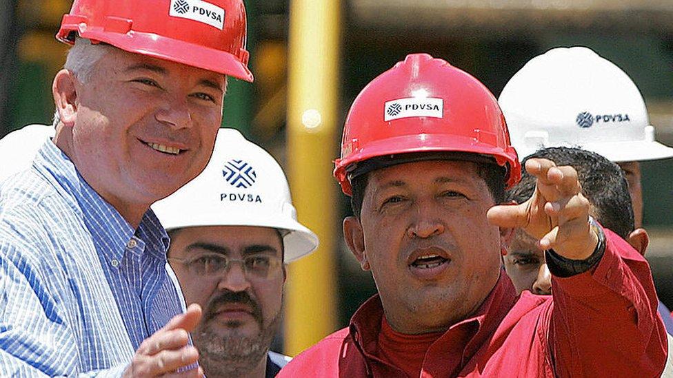 Imagen de Hugo Chávez con funcionarios de PDVSA