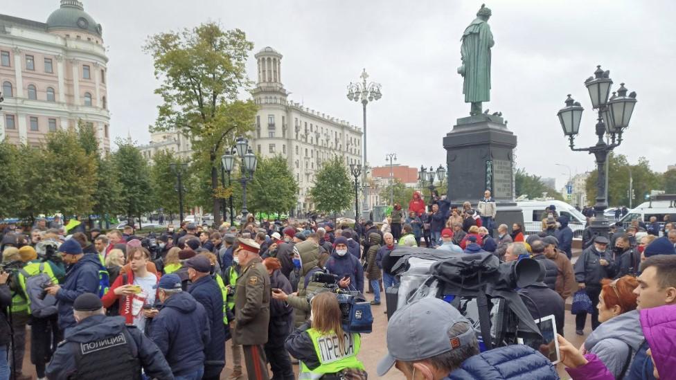 Акция протеста КПРФ против итогов выборов в Москве прошла под патриотическую музыку из машины полиции