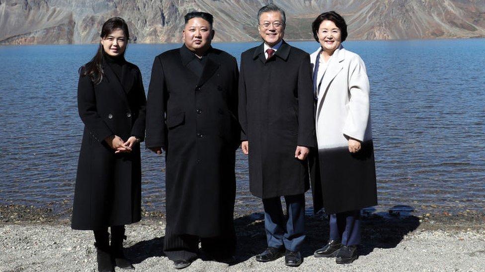 Ri Sol-ju, a la izquierda, suele acompañar a Kim Jong-un en los eventos importantes como este encuentro con el presidente de Corea del Sur, Moon Jae-in, y su esposa, Kim Jung-sook.