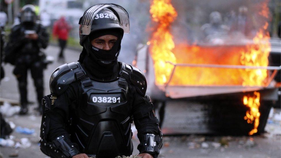Polic'ia durante las protestas en Bogotá