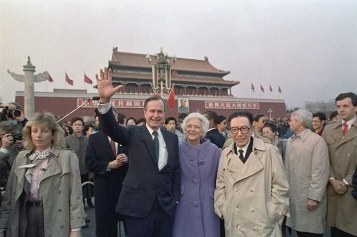 1989: George HW Bush di Beijing - ia mendorong kerjasama ekonomi dengan China