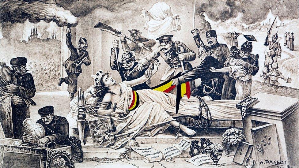Postal conmemorativa muestra a la pobre Bélgica como una reina supina atada a su diván mientras los oficiales alemanes están a punto de violarla o dispararle