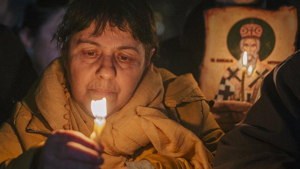 Žena drži upaljenu sveću tokom litije u Podgorici, 16. februara