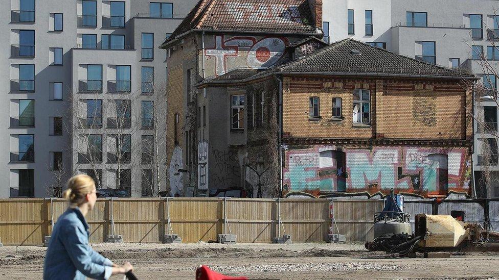 Mujer paseando por Berlín.