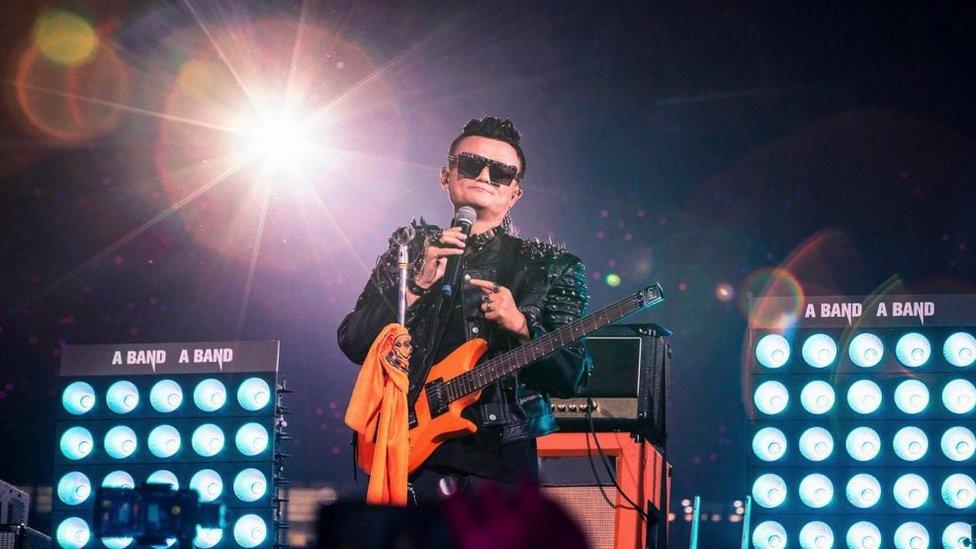 馬雲在阿里巴巴創建20週年慶祝活動上表演。
