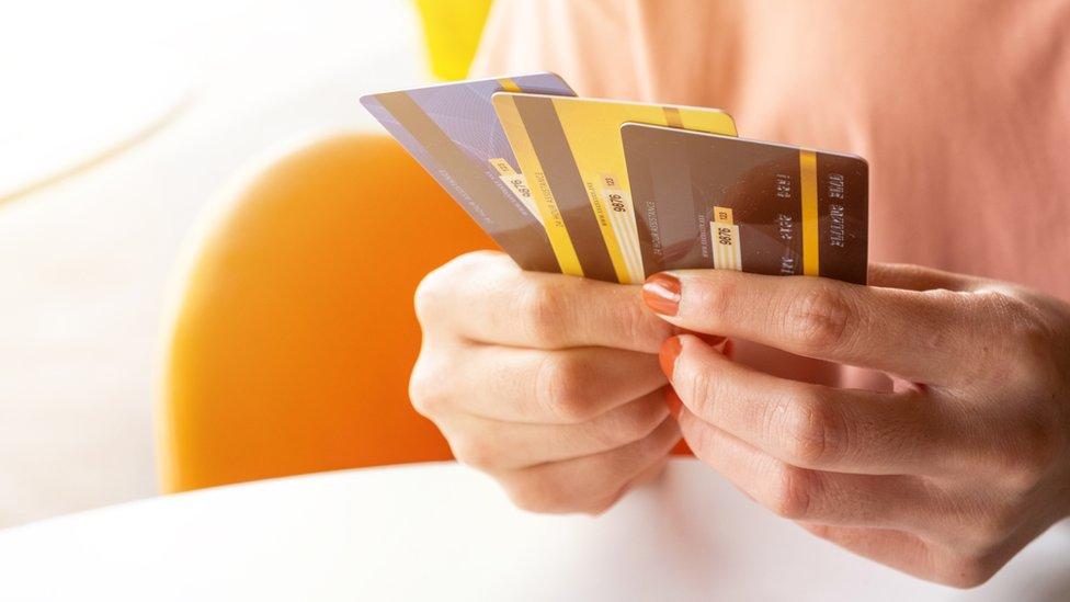 Mujer con tarjetas de crédito