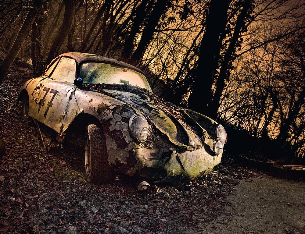 Mobil mangkrak di hutan.