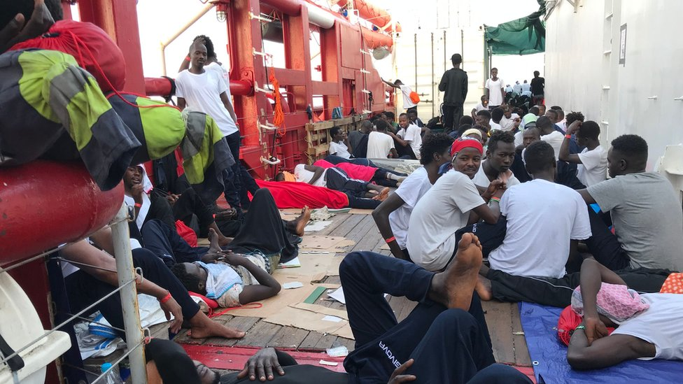 Migrantes de origen africano se hacinan también en la cubierta del Ocean Viking, el nuevo barco de SOS Mediterranée y Médicos Sin Fronteras.