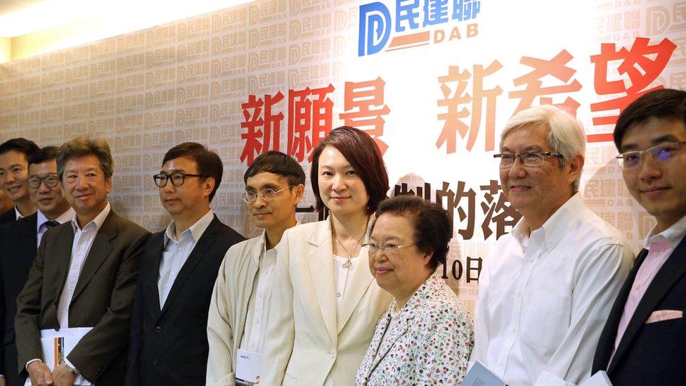 狄志遠(左三戴黑色粗框眼鏡者)是民主黨創黨成員,但過去對許多意見都與主流民主派不一樣。