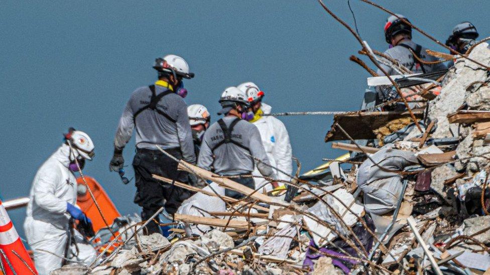 Socorristas entre los escombros del edificio Champlain Towers
